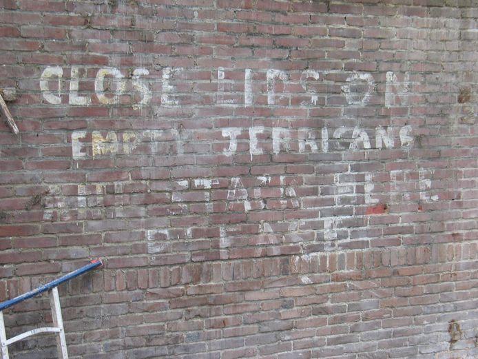 Tekst op een muur in de oude fabriek van De Kist, waar de Engelsen in WO II een brandstofdepot hadden.
