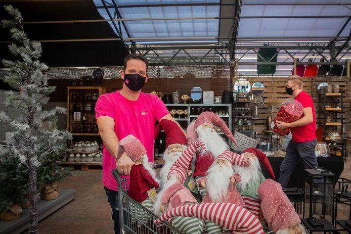 Jeroen Gommers van Tuinwereld ruimt de kerstspullen op.