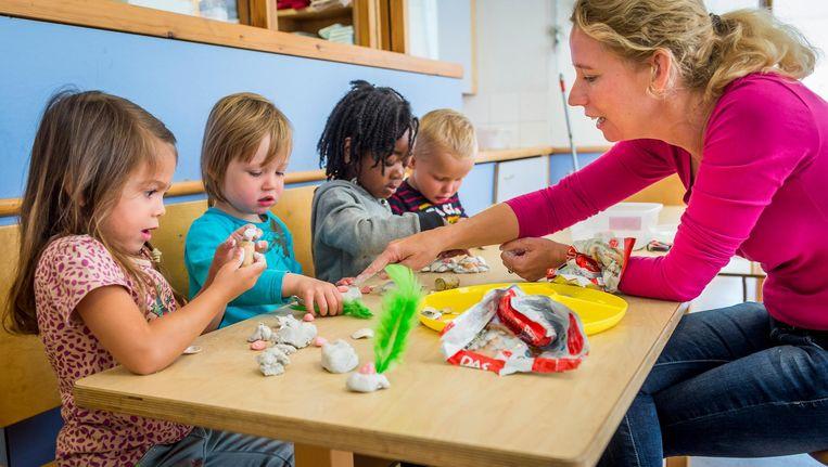 Peuters knutselen tijdens de opening van de eerste peuterschool in Amsterdam in 2014. Beeld null