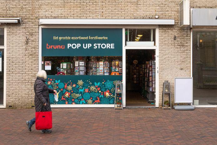 Kansen in coronatijd. In Nederland verrijzen diverse tijdelijke winkeltjes. Zoals in Baarn, waar de Bruna tijdelijk extra ruimte in gebruik heeft genomen. In de bestaande boekenzaak werd het te druk.