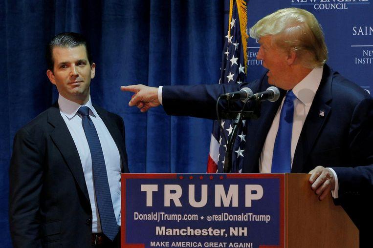 Donald Trump wijst naar zijn zoon Don jr. op een verkiezingsrally in Manchester, New Hampshire, in november 2015. Toen zoon Trump 12 jaar was, verliet zijn vader zijn moeder Ivana voor de veel jongere Marla Maples. Lange tijd spraken ze elkaar niet. Beeld REUTERS