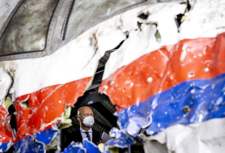 Rechters en advocaten bekijken de reconstructie van het toestel van vlucht MH17. Beeld EPA