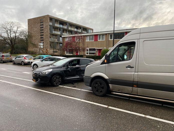 Een bestelbus reed tegen de deur van de automobilist aan op de Anklaarseweg in Apeldoorn.