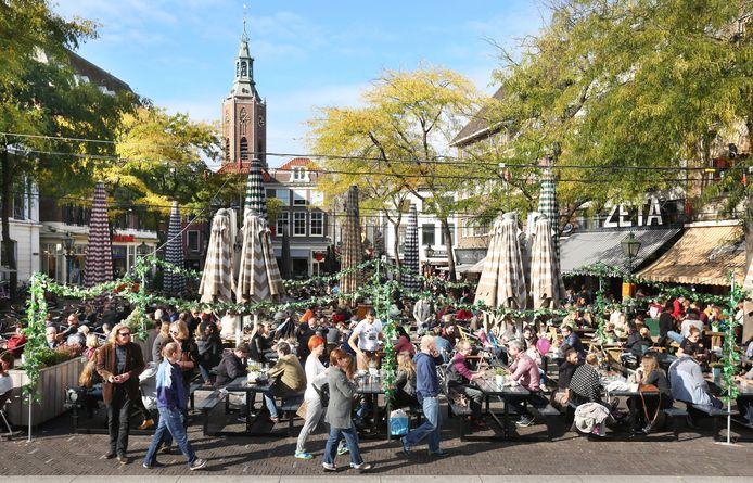 Het zal nog wel even duren voordat de Grote Markt er weer zo uitziet, maar woensdag mogen de terrassen weer open!