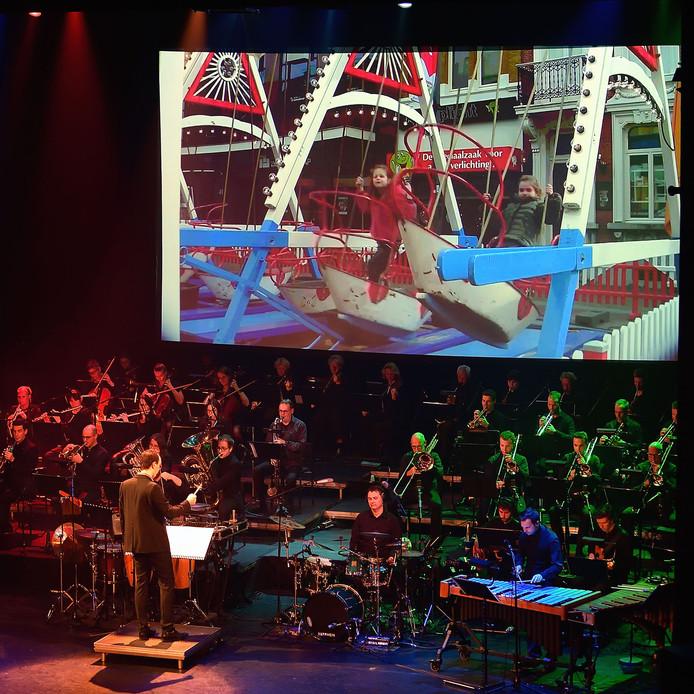 Grande finale van 750 jaar Roosendaal in de kring, Orkest met projectie van nostalgische kermis. Foto Pix4Profs/Peter van Trijen