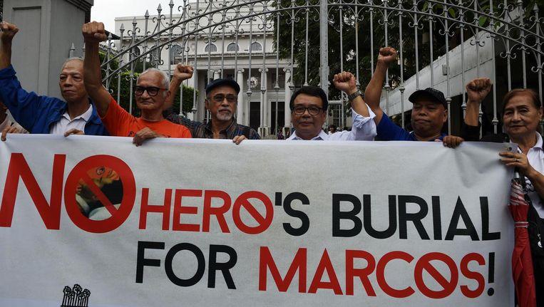 Betogers tegen de heldenbegrafenis van Ferdinand Marcos in Manila Beeld afp