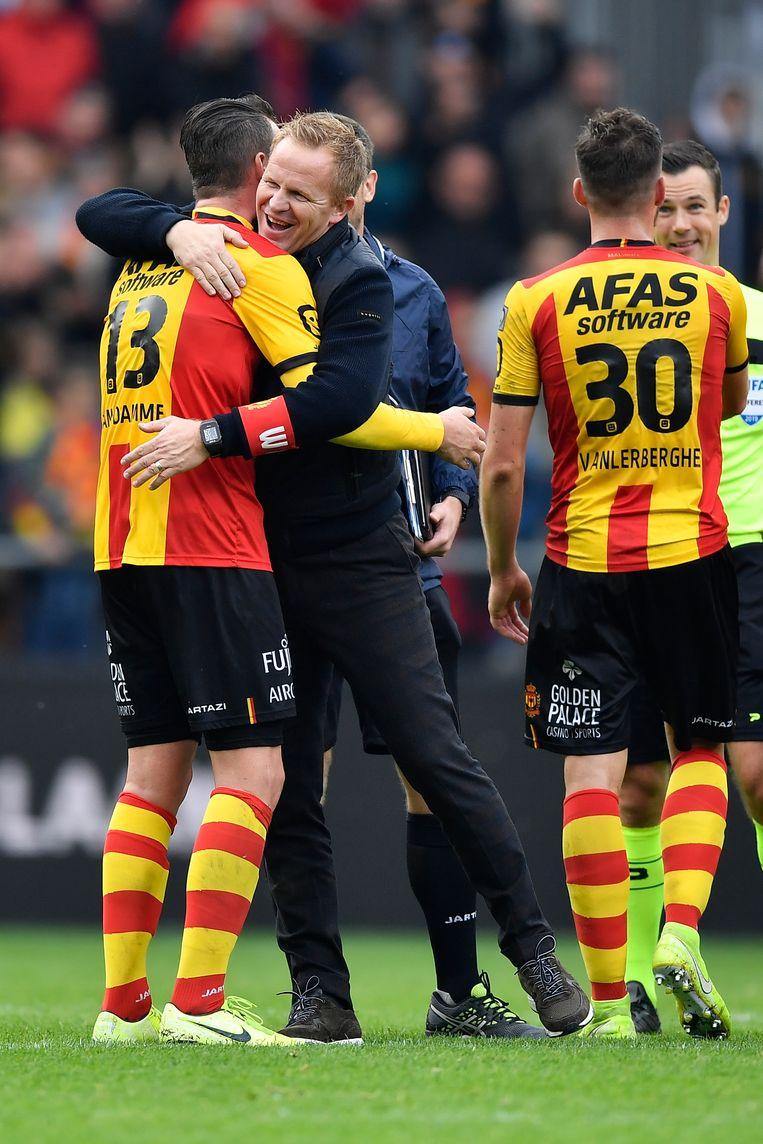 Coach Wouter Vrancken viert de onverwachte zege tegen Antwerp met zijn spelers. Beeld BELGA