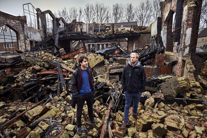 Nima Morkoç(links) en David Demper tussen de geblakerde puinhopen van de Julianakerk.