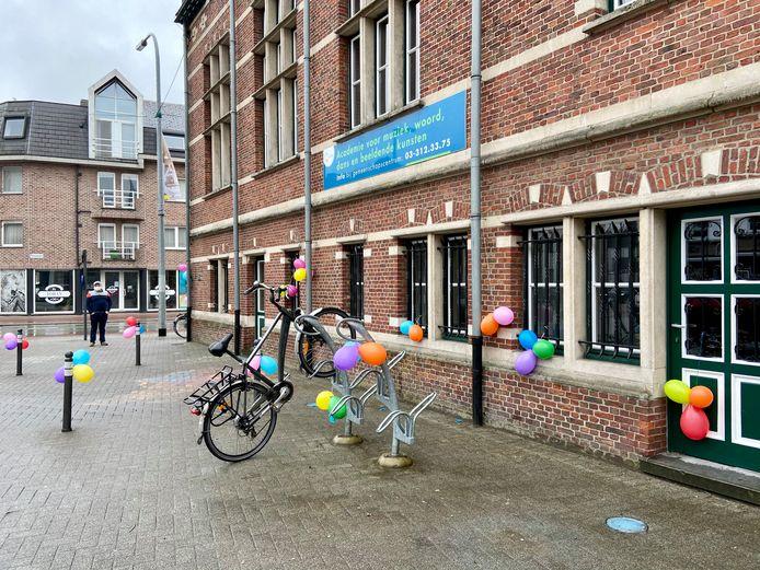 De KLJ heeft het dorpsplein vol ballonnen gehangen