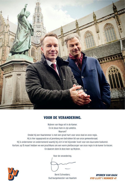 De advertentie in het Haarlems Dagblad van zaterdag, waarmee Schneiders (rechts) zijn keuze aankondigt. Beeld -