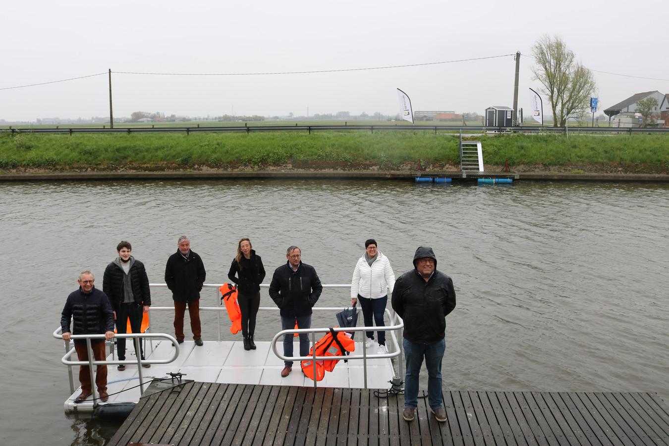 Burgemeester en schepenen testen de nieuwe veerdienst over de IJzer in Diksmuide.