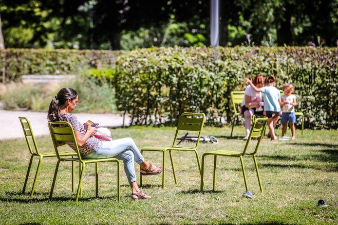 De groene stoeltjes waren vorige zomer erg populair, onder meer hier in het Visartpark.