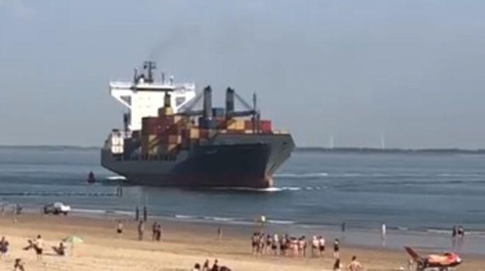 Het containerschip weet net op tijd bij te sturen.