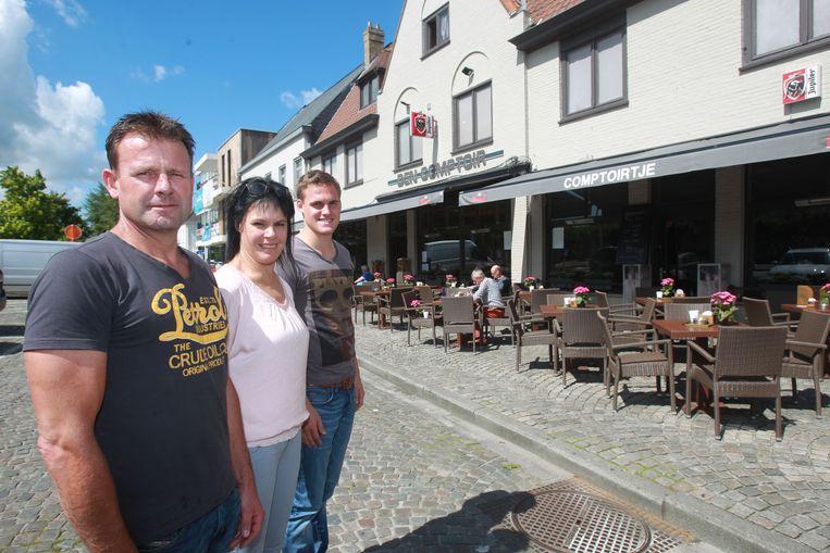 Uitbaters Nick Dhoest, Sabine D'hoore en Sven Dhoest van café Den Comptoir.