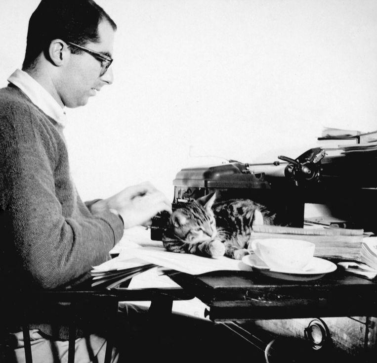 Roth (26) met de kat Allegra, Manhattan, 1959. Beeld Erven Philip Roth