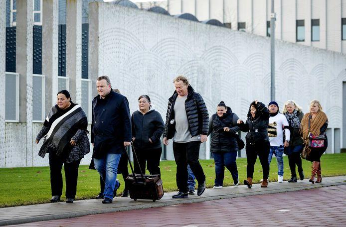 Advocaat Richard Korver komt met de nabestaanden (links de zus en moeder) van Mitch Henriquez, aan bij het Justitieel Complex Schiphol.