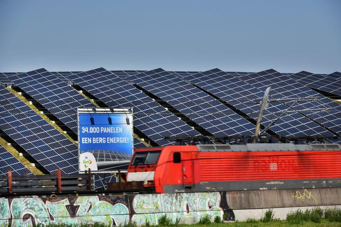 Het zonnepark van de Avri langs de A15 en Betuweroute in Geldermalsen