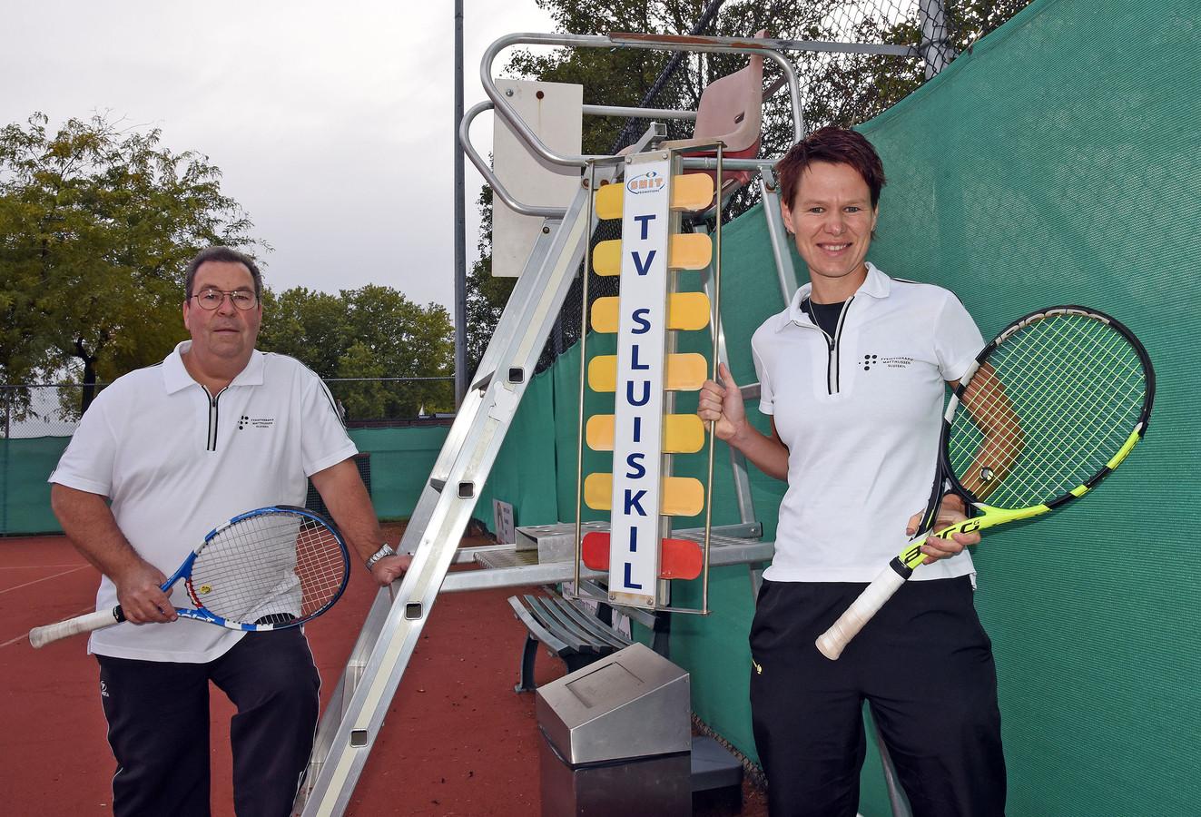 Vicevoorzitter en clubcoryfee Han Matthijssen en wedstrijdleider Rebecca Matthijs van TV Sluiskil.