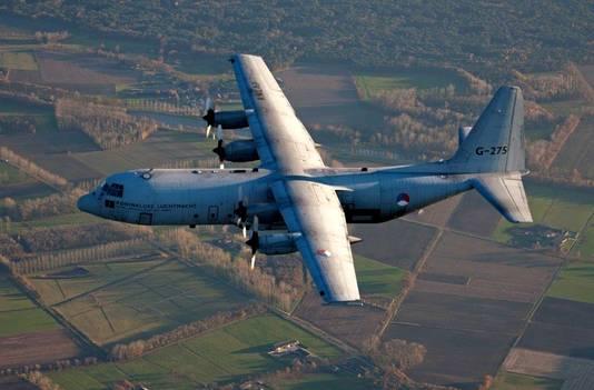 Een Hercules-transportvliegtuig van de Koninklijke Luchtmacht vliegt mee tijdens De Sprong.