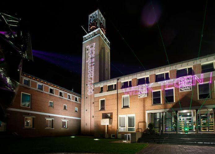 Het gemeentehuis van Rijen bij een lasershow vorig jaar als start van de week tegen de eenzaamheid.