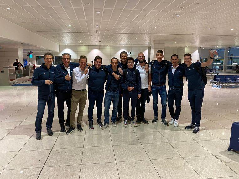 Os pilotos e funcionários da Groupama-FDJ no aeroporto.