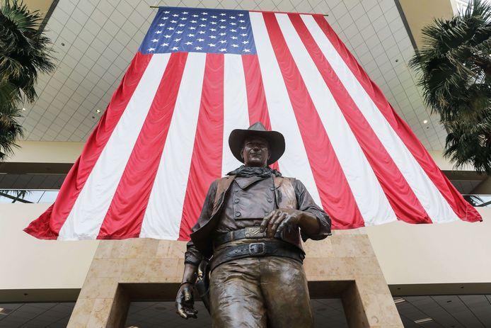 La statue de John Wayne devant l'aéroport qui porte son nom