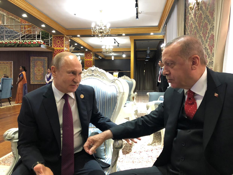 De Russische president Poetin (l.) en zijn Turkse ambtgenoot Erdogan tijdens een ontmoeting in Doesjanbe, Tadzjikistan.  Beeld Reuters