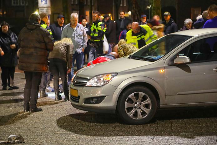 De aangereden vrouw op de Berghemseweg wordt door hulpverleners op straat verzorgd.