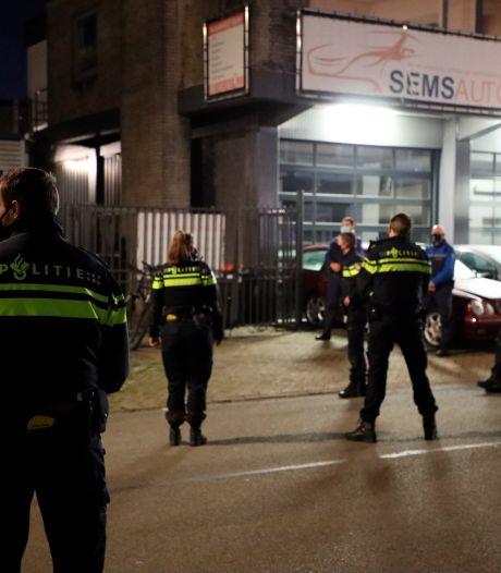 En wéér doet de politie een inval aan de Natriumweg op zaterdagavond