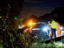 Automobilist rijdt berm in op de A4 bij Bergen op Zoom, brandweer bevrijdt hem uit auto