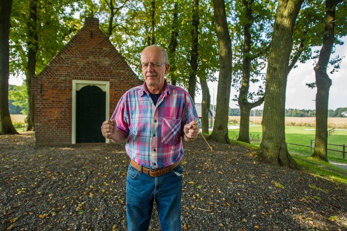 Wichelaar Klaas de Jonge bij de Sint-Janskapel in Leenderstrijp.
