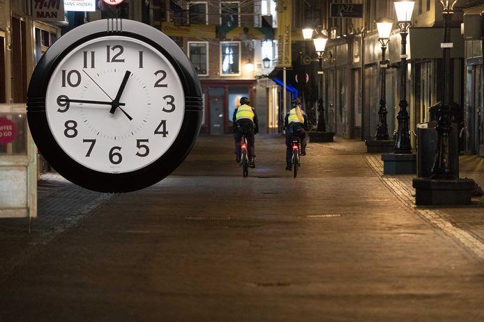 Avondklok: politie rijdt door lege straten.