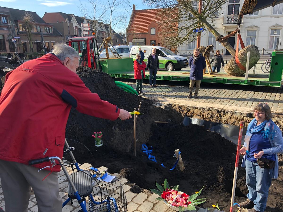 Kruisheer Rein Vaanhold levert ook een bijdrage aan de ceremonie door bloemblaadjes in het gat te gooien.