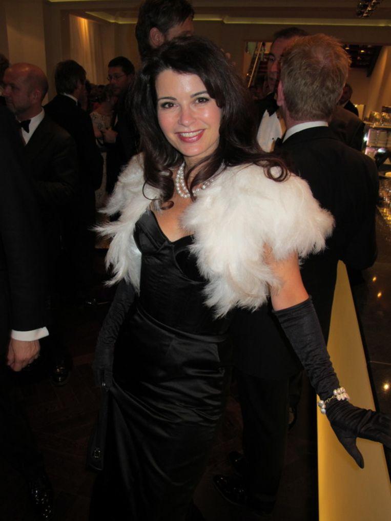 Fladdert met haar ganzenveertjes door de foyer: Caroline de Bruijn in een Monique Collignon. <br /> Beeld