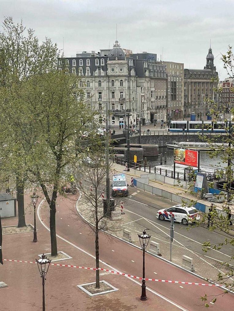 Politie heeft de Prins Hendrikkade deels afgezet. Beeld -