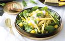 Pastapestosalade met mango en spinazie.