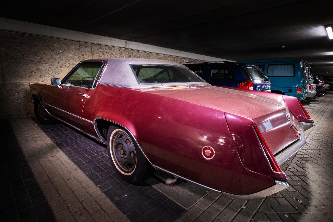 Een Cadallic El Dorado die staat geparkeerd in de parkeergarage onder het Limoskazerne. De auto, met bouwjaar 1970, is tegenwoordig uiterst zeldzaam.
