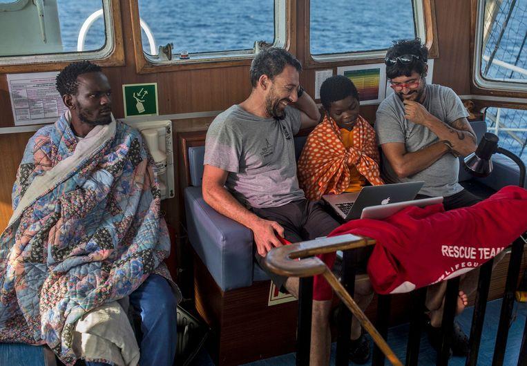 Vluchtelingen aan boord van The Open Arms boat, het zusterschip van de Sea-Watch 3. Beeld AP