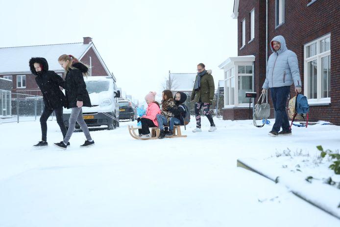 De familie Sleegers uit Someren gaat op weg naar basisschool De Ranonkel, nu de lockdown voor basisscholen is beëindigd.