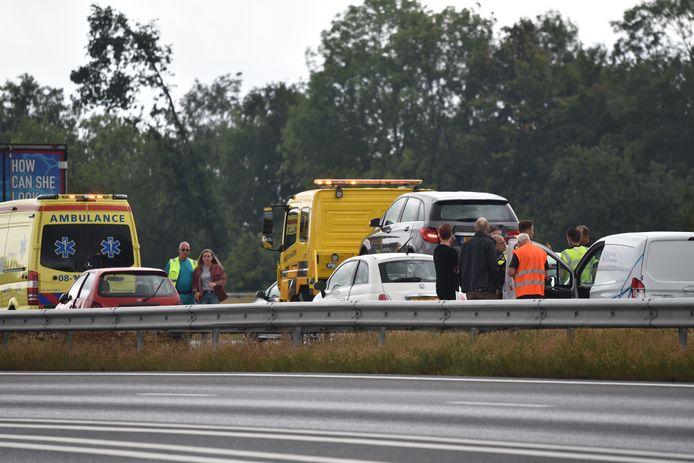 Bij een ongeluk op de A50 bij knooppunt Bankhoef zijn vijf auto's betrokken.