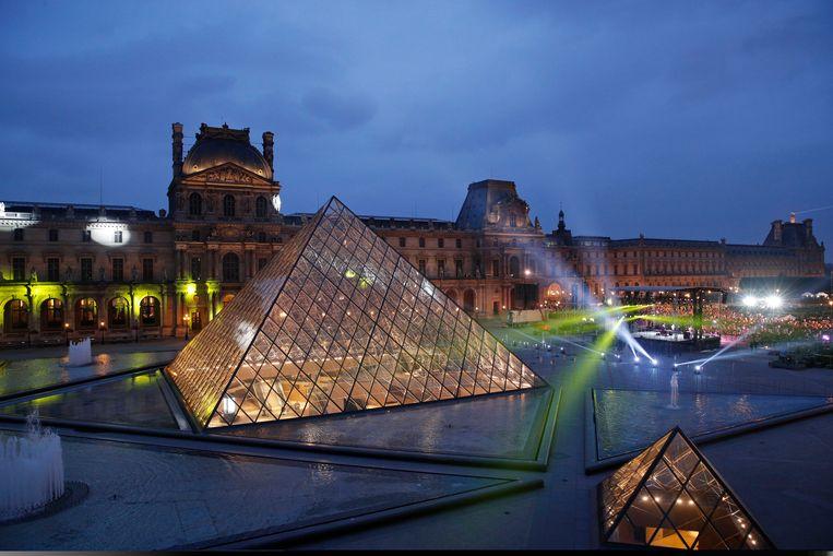 Het Louvre in Parijs, helemaal verlicht voor de speech van Emmanuel Macron, net verkozen als nieuwe president van Frankrijk (7 mei). Beeld EPA