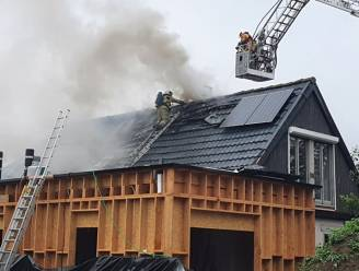 Roofingwerken lopen fout: zware dakbrand treft woning in renovatie
