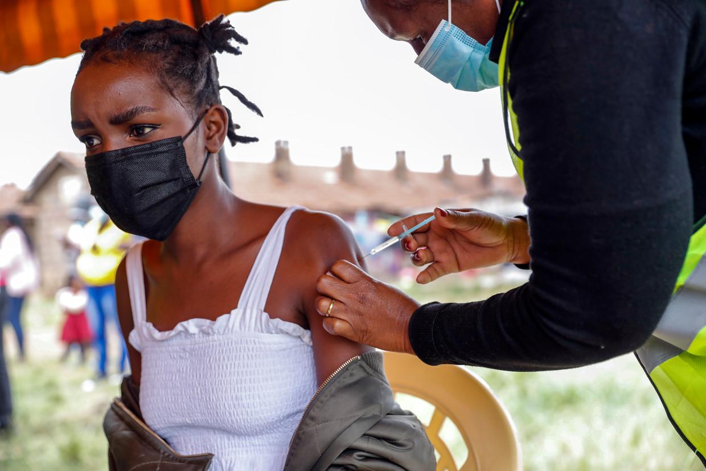 Een Keniaanse krijgt een AstraZeneca-vaccin in Nairobi. Beeld AP