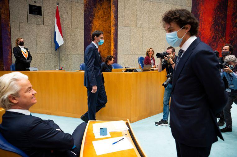 Geert Wilders (PVV) en Jesse Klaver (GroenLinks) in gesprek voor aanvang van het Kamerdebat over de formatie. In het midden Wopke Hoekstra (CDA).  Beeld Freek van den Bergh / de Volkskrant