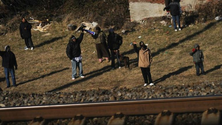 Amerikanen zwaaien in januari 2009 naar de net gekozen president Obama, die per trein van Philadelphia naar Wilmington reist. Beeld HH