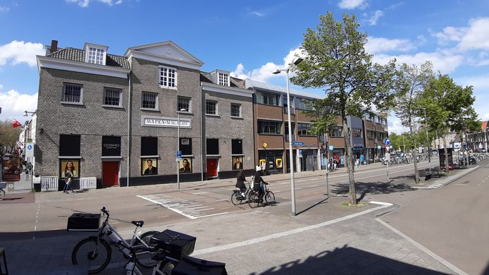 Er komen appartementen in de kantoren boven de Albert Heijn aan de Oude Vest in Breda (rechts). Maar een bouwlaag er op wordt lastig, omdat pal naast het complex het rijksmonumentale Wapenmagazijn (links) ligt.