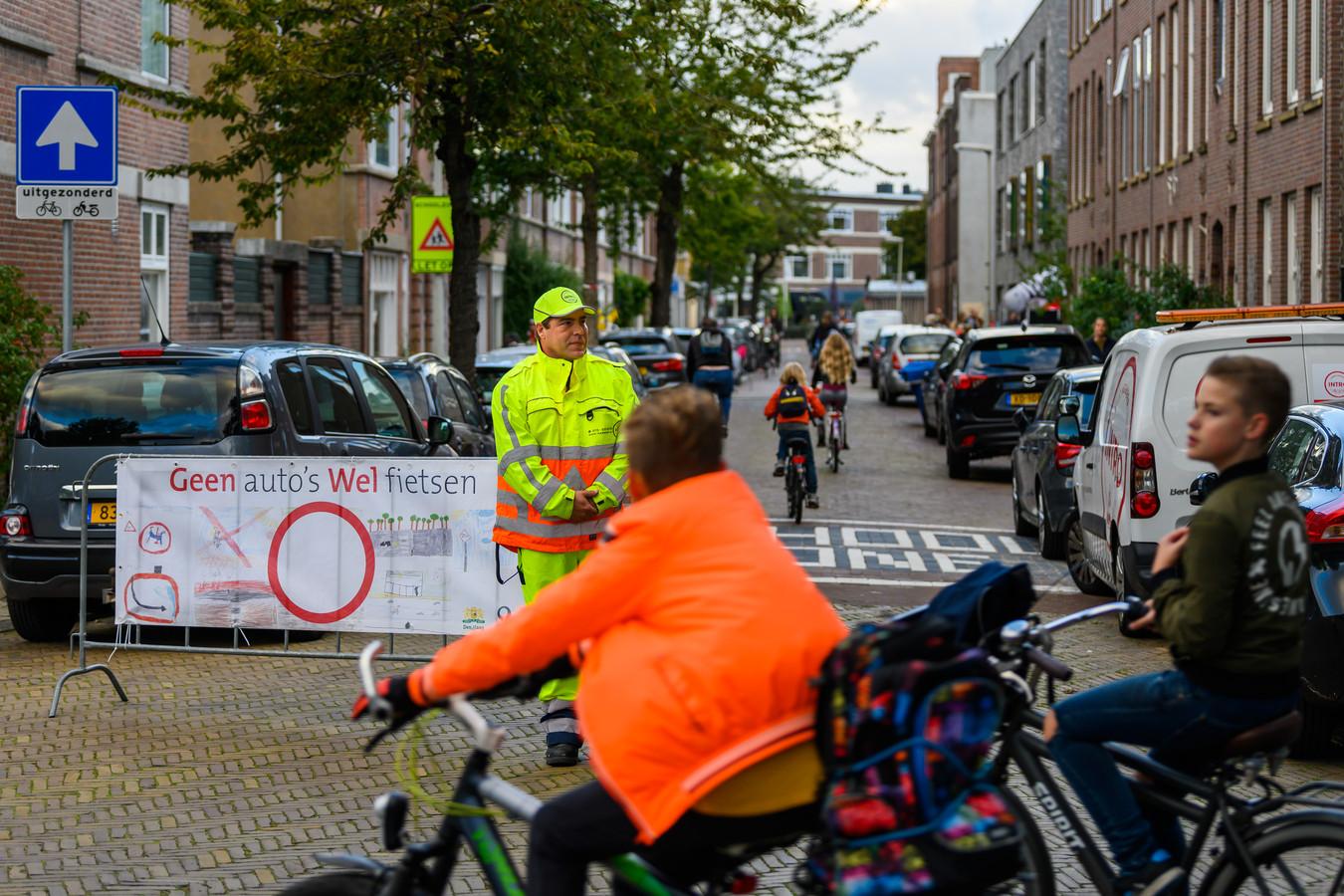 Geen auto's, wel fietsen; zo ziet de eerste schoolstraat van Nederland in Den Haag eruit.