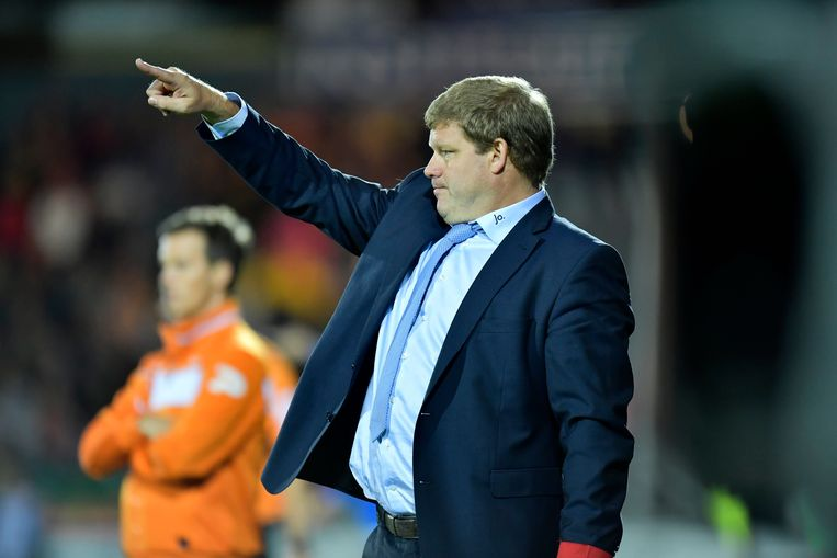OOSTENDE, BELGIUM - SEPTEMBER 18 : Hein Vanhaezebrouck Headcoach of KAA Gent issues instructions to his players during the Jupiler Pro League match between KV Oostende and KAA Gent at the Versluys Arena on September 18, 2016 in Oostende, Belgium , 18/09/2016 ( Photo by Nico Vereecken / Photonews Beeld Photo News