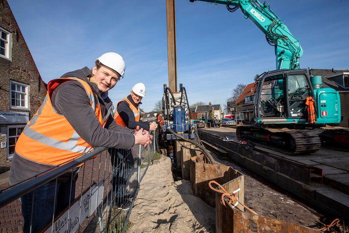 Max Wiercx en Peter Ouwendijk bij de Dorpsstraat in Schipluiden, waar ze werken aan het herstellen van de kade.