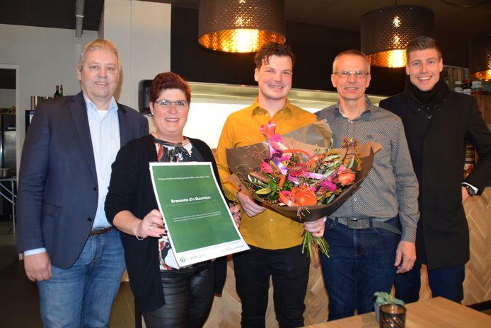 Wethouder Jos van den Boogaart (links) met in het midden Sjors Dollevoet.